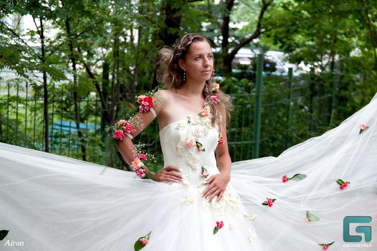 Украсить свадебное платье цветами