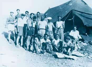 Κρατούμενοι στη Μακρόνησο το 1950
