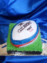 tarta con forma de pelota de rugby.