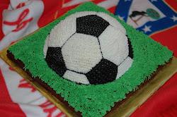tarta con forma de pelota en el campo de fútbol de césped