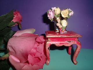 mesa en miniatura de color rosa