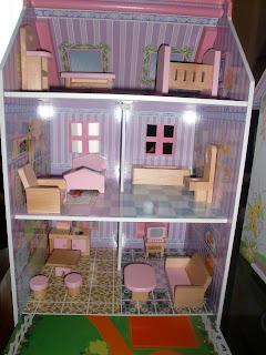interior de casita de muñecas de madera