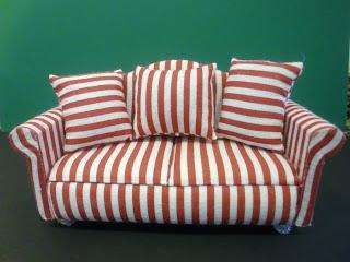 sofá de rayas en miniatura