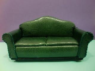 sofá en miniatura de piel verde