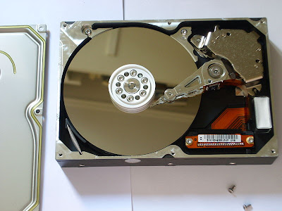 800px Apertura hard disk 04 How To Scrap Hard Drives