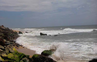 varkala beach rocks and waves,waves splashing on beach rocks,rocky kerala beaches,kerala monsoon beach photos