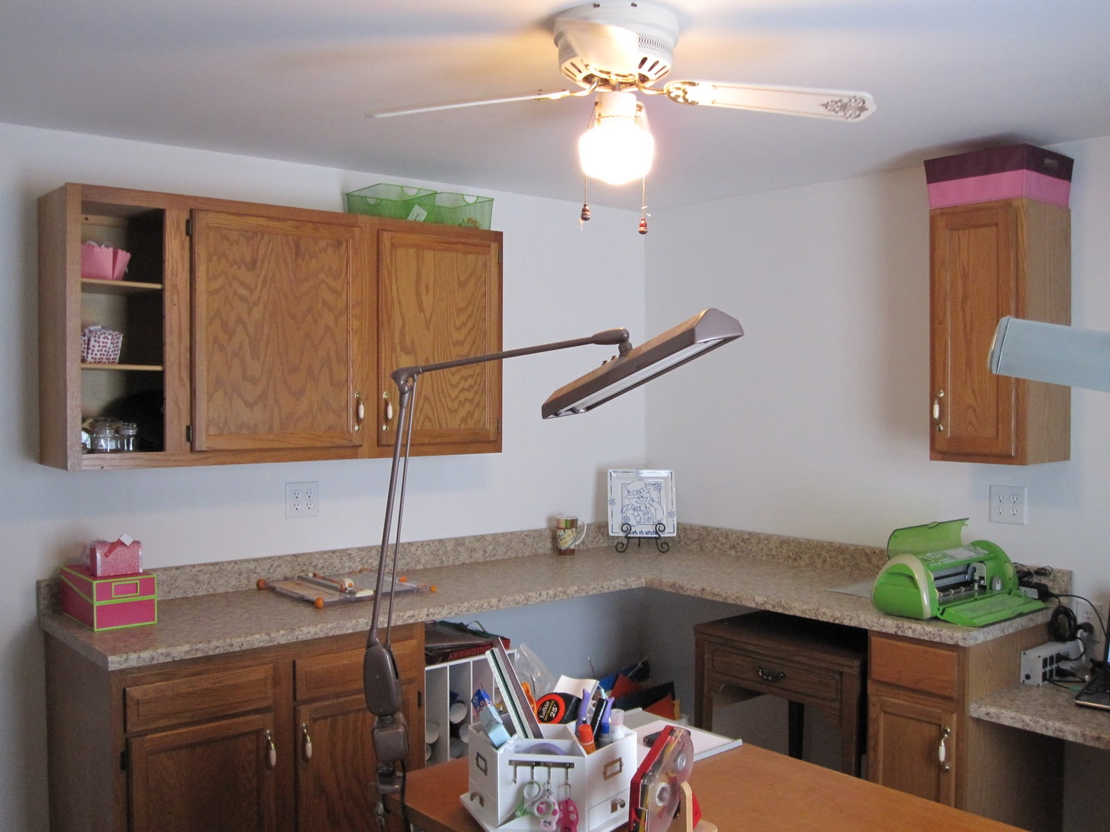 We will put open shelving between the upper cabinets