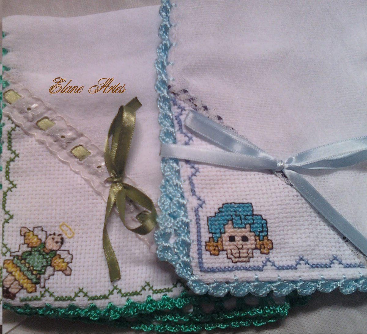 bico de crochet e esquinas em bordado ponto cruz com tema de anjo e