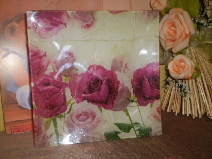 Me encantan las bandejas de cristal con rosas