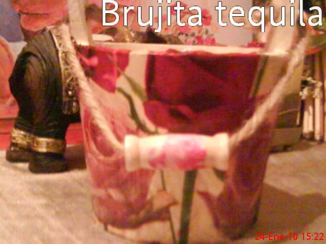 Cubo de madera de los chinos con servilletas de rosas y mariposa de papel folio