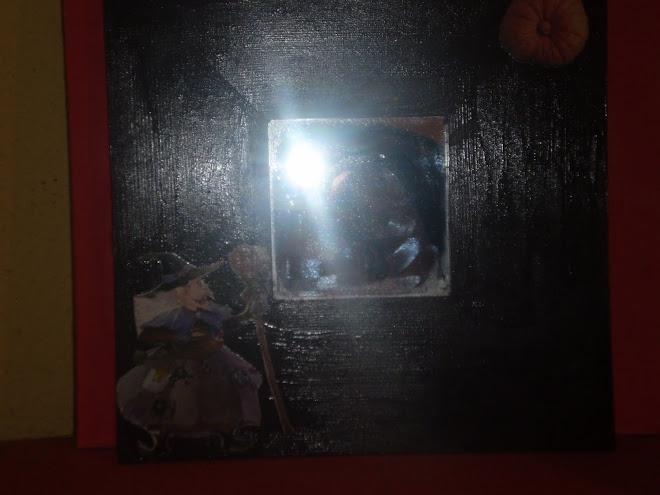 no se ve muy bien pero es un es un espejo de una bruja y una calabaza