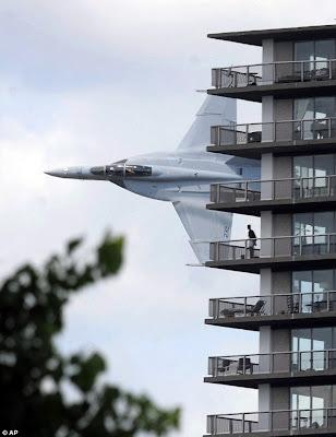 Das Foto des Wochenendes: F-18 klebt an Wohnhaus