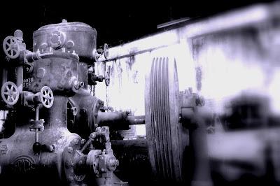 Mehr Maschinerie in der Destillerie, In der guten alten stehen noch mehr Maschinen herum, die beim Verlassen nicht mitgenommen und sich selbst überlassen wurden wurden. Wenn man allein durch die Gemäuer der Geisterruine schlendert und eine dieser Maschinen plötzlich ein altersbedingtes Knarren oder ähnliches Geräusch von sich gibt ... dann fängt einem schon das Herz an zu hüpfen. In der Hose, versteht sich.