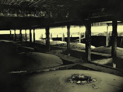 Die alten Tanks in der Destillerie, Destillerie, Ruine, Grusel,