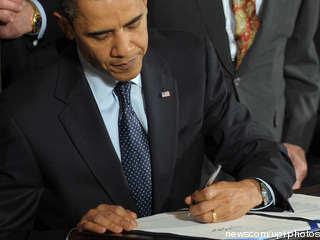 Barack Obama unterschreibt Matthew Shepard Hate Crimes Prevention Act und setzt damit ein deutliches Zeichen gegen Diskriminierung