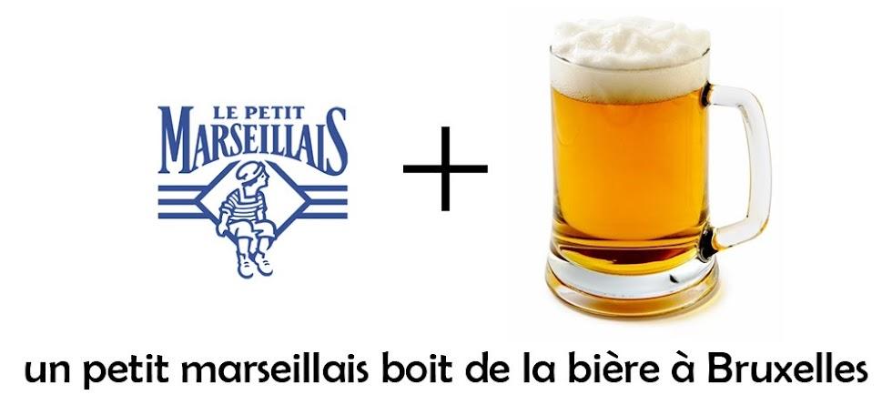 Un petit marseillais boit de la bière à Bruxelles