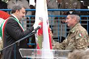 Il Gen. Com. Biancafarina, la bandiera della Pinerolo e il Sindaco di Bari , Emiliano
