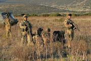 """Ufficiali e militi della """"Pinerolo"""" in assetto difensivo della postazione di Reparto"""