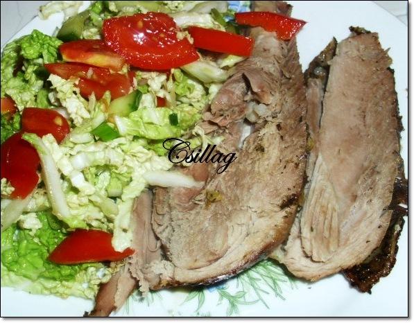 Запечённый окорок индейки с салатом
