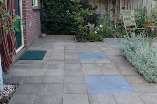 Grote Tegels Tuin : Modern terras met houten zitbanken in grote tegels en padouk