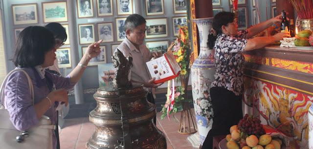 Đại diện k4 thắp hương trước ban thờ cụ Trần Đăng Ninh
