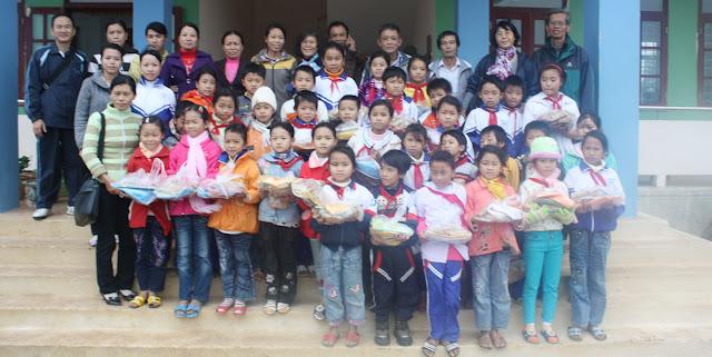 Chụp ảnh lưu niệm với thày trò trường tiểu học Lộc thuỷ