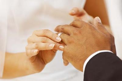 4 fotos 1 palabra banderas 4Fotos-1Palabra  - fotos de manos con anillos de matrimonio