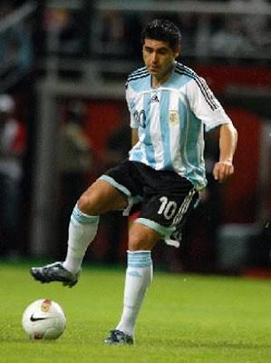 http://4.bp.blogspot.com/_RhJOKBTY15Q/SKSojiqn2gI/AAAAAAAAAVM/-Ly_cSbSTf4/s400/Juan+Roman+Riquelme4.JPG