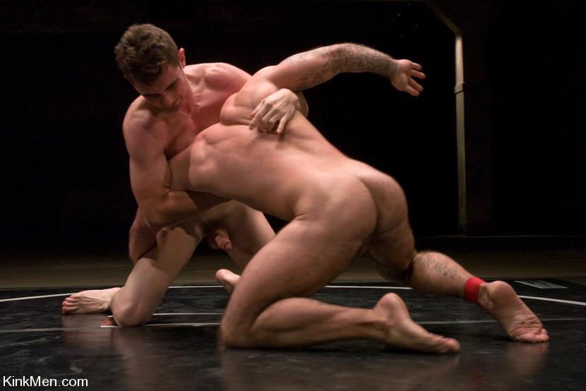 Hombres desnudos musculosos luchando