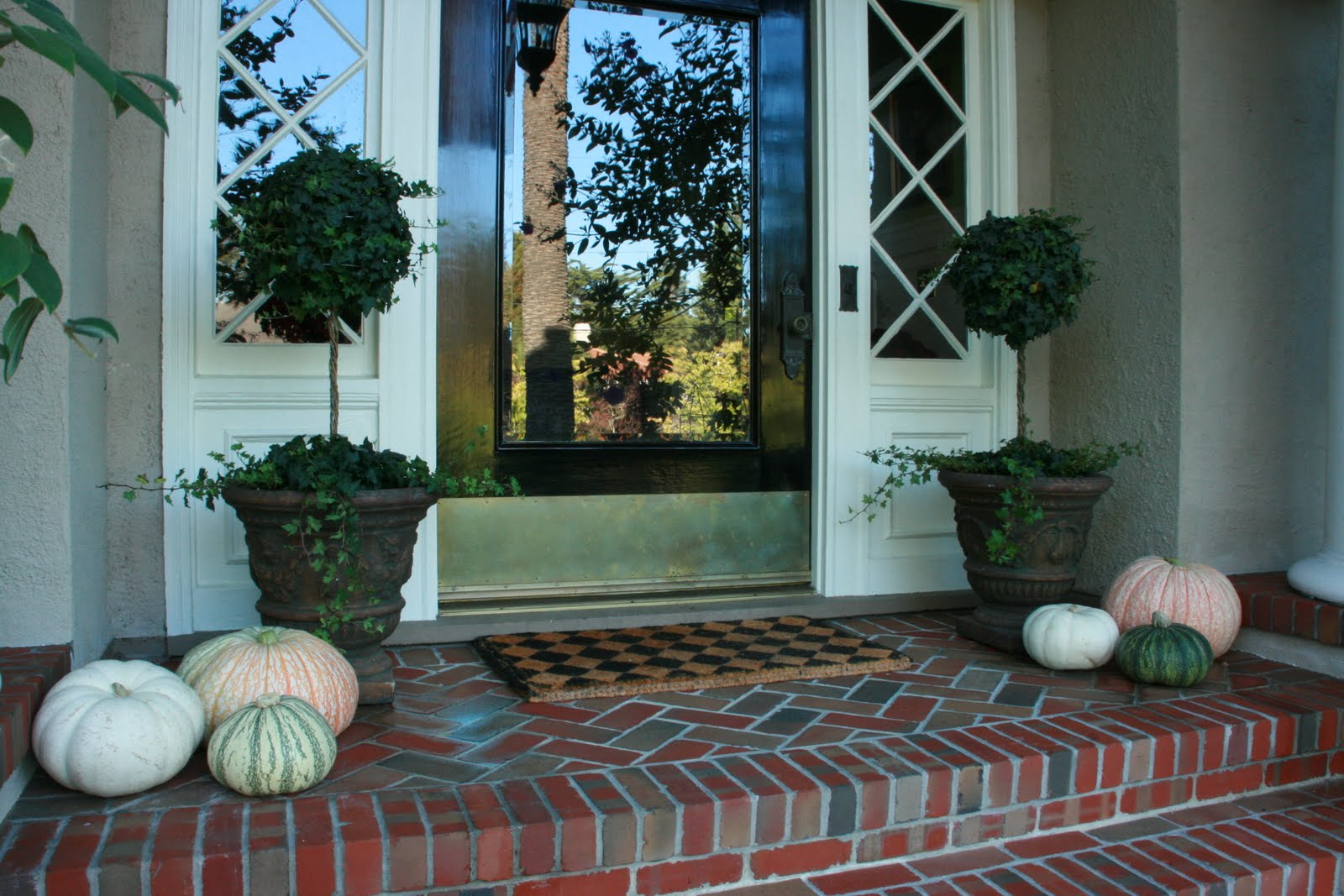 Vignette Design Accessorizing With Ivy Topiaries