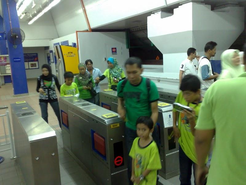 Rombongan 'HULK' menaiki Putra-LRT