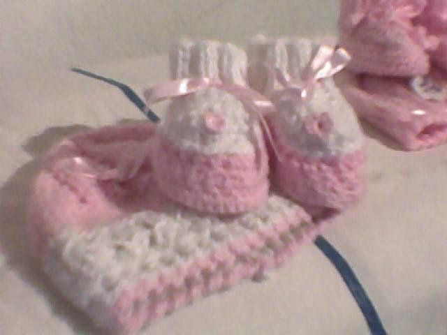 este gorrito es hecho a dos agujas, y los escarpines a crochet.