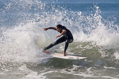 Kina Malpartida en la playa surfeando