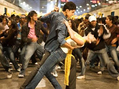 Foto de los protagonista bailando