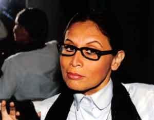 Irma Maury con lentes de marco negro