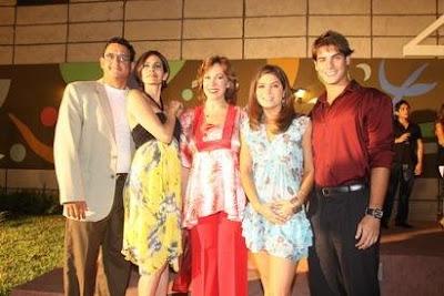 Nataniel Sánchez al lado de los actores: Sergio Galliani, Karina ...