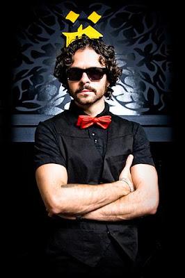 José María Torre con lentes y cruzando los brazos