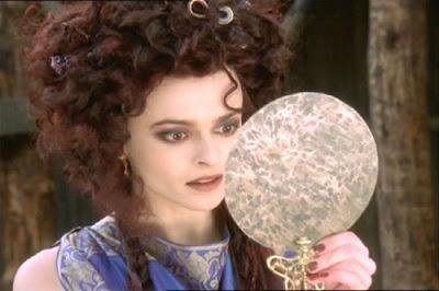 Helena Bonham Carter mirándose al espejo
