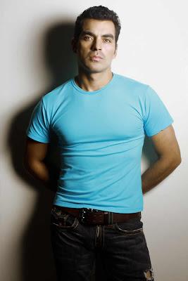 Tiberio Cruz con polo y jean