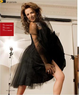 Silvia Navarro con vestido negro