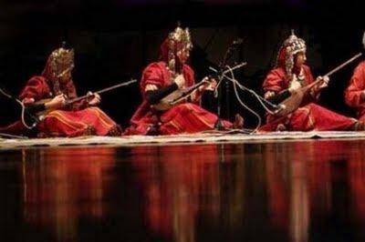 * Türkmen zenan bagşylar şéher Amfiteatrynda aydym-saz   konkursynda yaryş geçiryérler.
