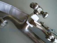 Desrrosqueando a porca da haste da torneira com chave inglesa