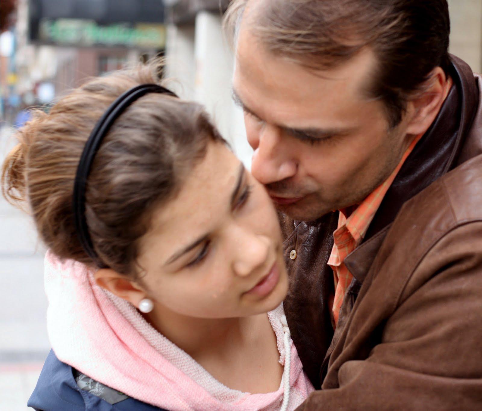 Papa coje a su hija.