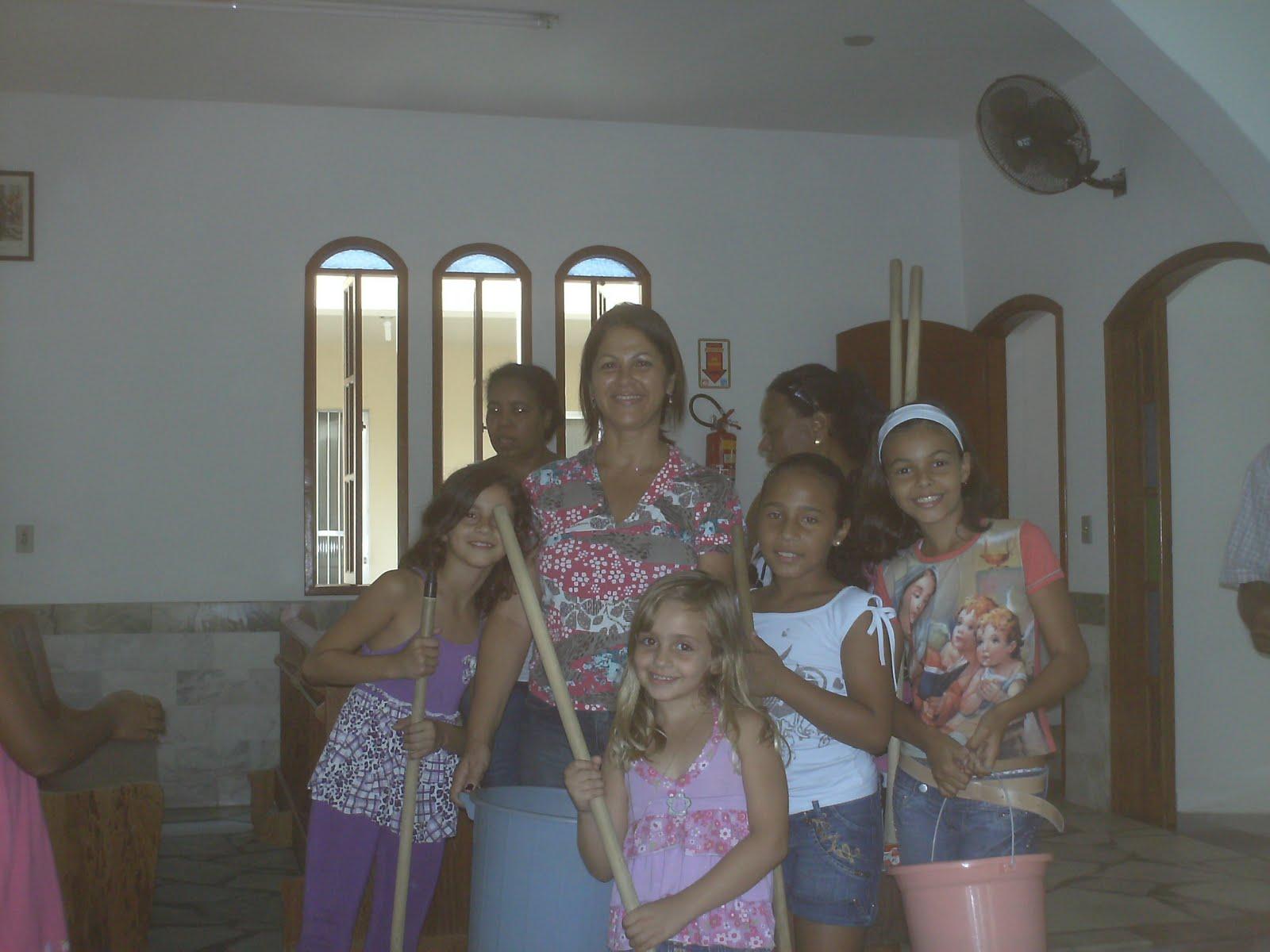 As crianças ajudam na limpeza da IGREJA