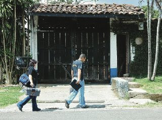Police officers entered the house in Heredia at around 12:25 p.m. (Photo: Alejamdro Sandino / La Nacion)