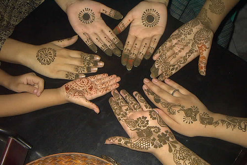 Lots of women to adorn their bodies pulled it using henna tattoos.