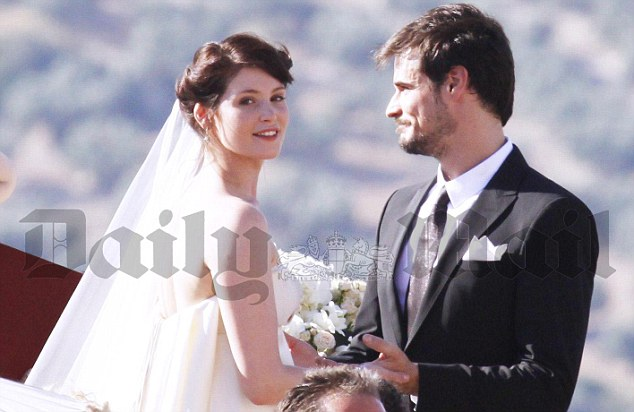 http://4.bp.blogspot.com/_S4eijoYPUPA/TA5C2vThpeI/AAAAAAAACpE/Oce_WwubmBw/s1600/Gemma+Arterton+and+Stefano+Catelli+wedding.jpg