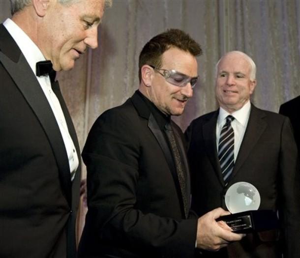 """Ndola Councilor Introduces Trophy To Be Awarded To: Fotos De Bono Aceptando El """"Atlantic Council Humanitarian"""