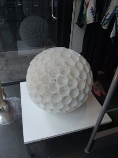 Sny design plastik bardaklardan lamba yapmış