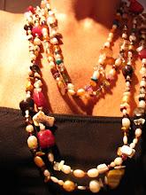 Collares perlas y piedras.